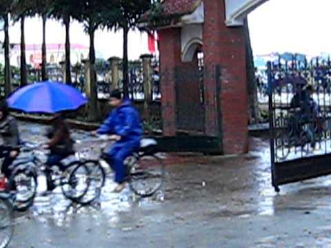 Quang cảnh HS đến trường trong một ngày mưa phùn...