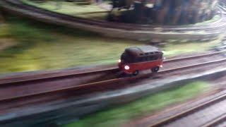 VW T1 ездит по железной дороге.