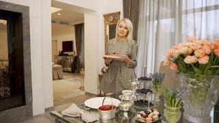 Яна Рудковская готовит вафли с итальянским шеф-поваром