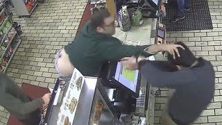 Se vuelve loco porque no le aceptan su tarjeta de crédito en la tienda