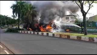Carreta avança sinal, passa por cima de carros, fere pessoas e explode; veja os vídeos!