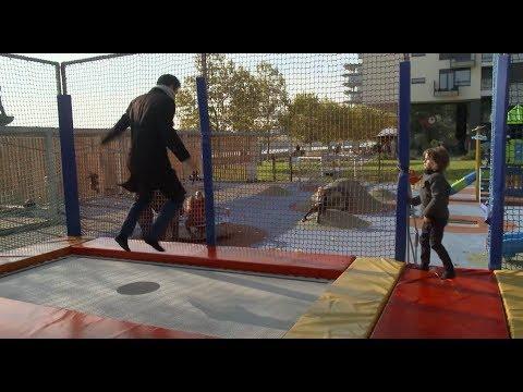 OTECKOVIA - Alex s Maxom sa boli vyšantiť na trampolínach