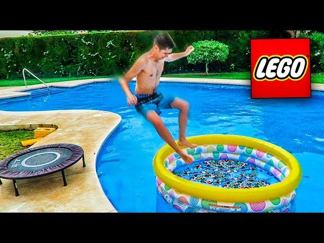 PISCINA LLENA DE LEGOS VS CAMA ELÁSTICA!! 1500 LEGOS EN EL CUERPO!! (MUY DOLOROSO) [Shooter]
