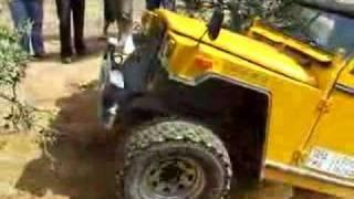 Land Rover Ligero intentando subir repecho zona nivel 4