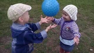 Дети играют вместе! Милота...