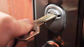видео Как открыть дверь если замок заклинило: вскрыть дверной входной шпилькой, кого вызвать, заело китайскую дверь виде