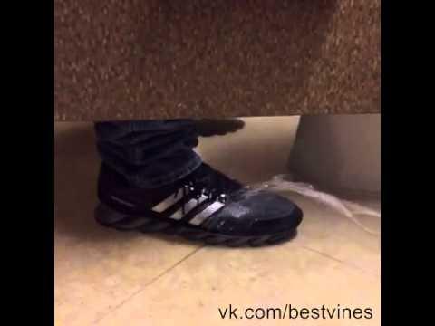 Скрытая камера в туалете Выпускницы Смотреть