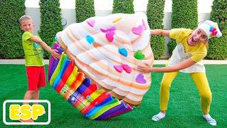 Niki pretende jugar con juguetes inflables de alimentos