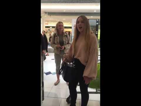 Choqué !!! A La Caisse D'un Grand Supermarché, Elle Se Met D'un Seul Coup A Chanter !