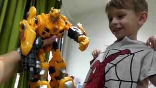 Игрушечный Бамблби распаковывает майку с Человеком- Пауком