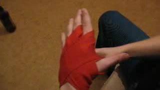 Намотка боксёрских бинтов на левую руку
