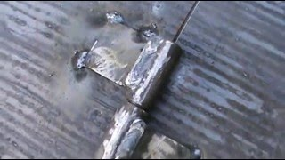 Как приварить шарниры для ворот(В видео рассказывается о том, как приварить шарниры для калитки или гаражных ворот. В видео показаны момент..., 2016-05-08T11:56:07.000Z)