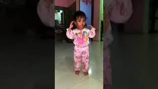 Anak kecil lucu goyang baby shake