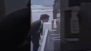 共同通信社記者が民家の壁を蹴る動画 thumbnail