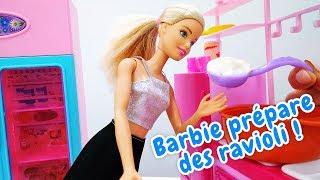 Barbie prépare des raviolis. Jeux avec poupées. Vidéo pour enfants