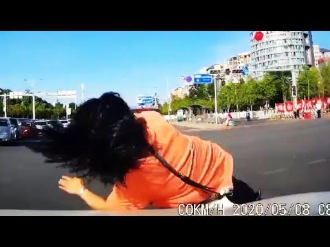 交通事故 | 小伙子胡乱变道,小姐姐惨被撞飞! 車cam 记录 交通事故合集 | car crashes