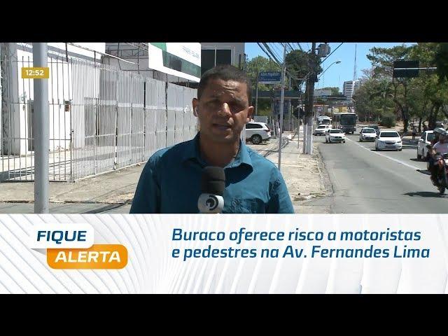 Buraco oferece risco a motoristas e pedestres na Av. Fernandes Lima