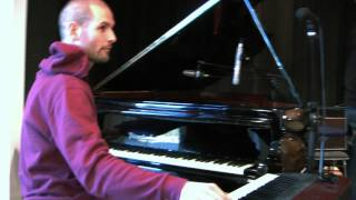 No Harvest Band / Niko Bonstedt jams on piano & keyboard before the gig in Austria 2012