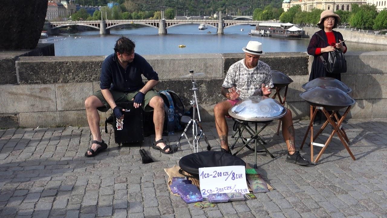 Прага, Карлов мост - уличные музыканты