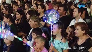 Сотни каспийчан разных возрастов собрались на городской площади, чтобы принять участие во Всероссийс