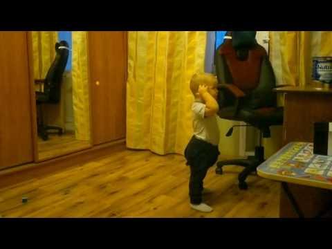 Малыш суперски танцует брейк