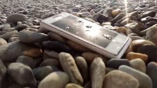 видео Школьник уронил смартфон в унитаз