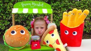 Nastya finge brincar com comida mágica de brinquedo