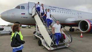 Сборная России по футболу прилетела в Глазго, где сыграет с командой Шотландии.