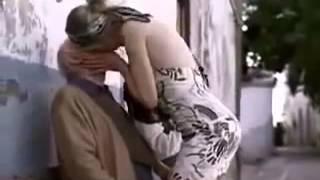 Yaşlı Dedeye Sokak Ortasında Hayat Öpücüğü