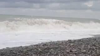 Шторм на Черном море в сентябре 2013 - Солоники (Лазаревское, Сочи)(Да уж, Черное море в сентябре 2013-го буянило не на шутку))) Фото шторма в Солониках здесь http://prosto-edem.ru/otdyx-v-rossii/otd..., 2013-10-02T22:34:20.000Z)
