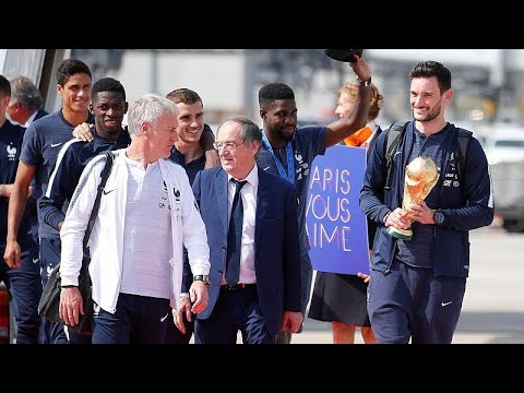 شاهد: المنتخب الفرنسي يصل باريس حاملا كأس العالم وسط استقبال شعبي كبير …