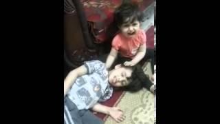 ولد يضحك على اخته الصغيره يمثل انه مات شوف ايش صار