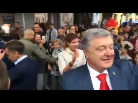 Президент Украины Порошенко с женой Мариной гуляет по Михайловской в Житомире