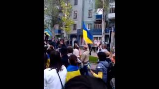 28 апреля 2014 года. Донецк. Последний проукраинский митинг.(Видео донецкого патриота. Мирное шествие, в котором участвовали студенты, семьи с детьми, люди пожилого..., 2015-04-28T06:05:04.000Z)