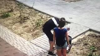 Неадекват избивает урну в Одессе