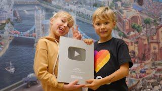 Дети распаковывают посылку что внутри? скетчи Family Kids #YouTubeCreatorAwards