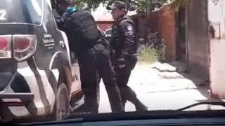 Policias são flagrados roubando casa desocupada