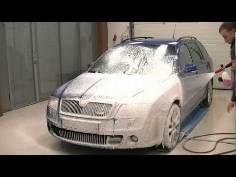 Foaming a car with a Karcher Foamlance