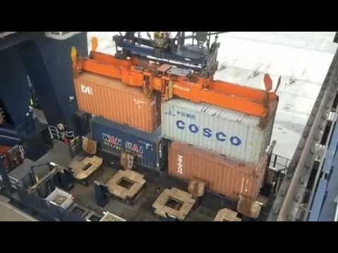 Loading and discharging a container vessel