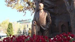 Смотреть видео Монумент президенту Исламу Каримову в Москве онлайн