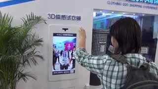 Олег примеряет платье на выставке высоких технологий