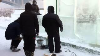 Как  делают ледяные фигуры и ледяные города ?