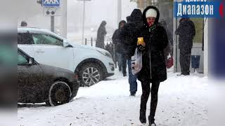 На город Актобе обрушился сильный снегопад. Снег и гололед парализовали движение на дорогах