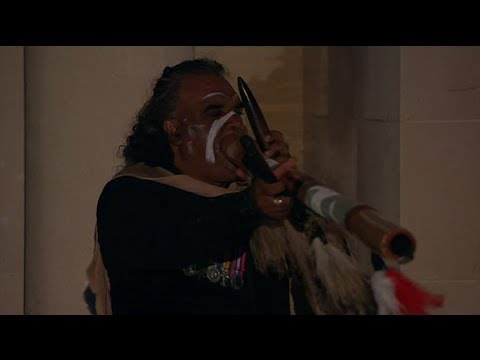 David Dahwurr Hudson introduit l'Anzac Day au didgeridoo