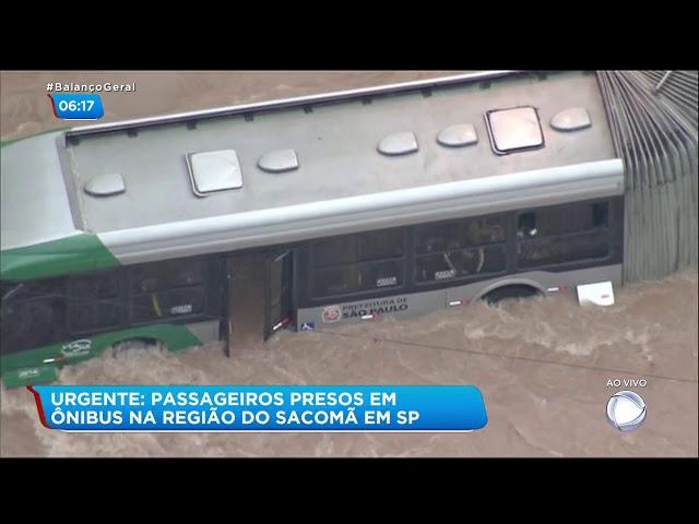 Passageiros ficam presos em ônibus durante enchente