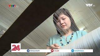 """Người phụ nữ """"hâm và điên"""" cùng hành trình hồi sinh làng nghề dệt đũi Nam Cao - Tin Tức VTV24"""