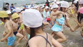 須磨海水浴場海開き、波とバトル