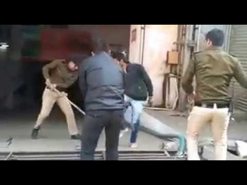 see viral video of indian police's Atrocity | जबलपुर का लाठीचार्ज