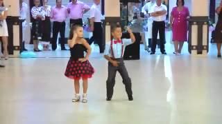На Молдавской Свадьбе,дети танцуют