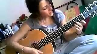 Красивая Девушка с гитарой красиво поёт.